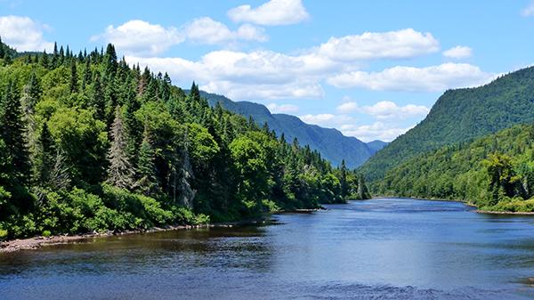 Les paysages à couper de souffle de la vallée de Jacques Cartier et sa superbe rivière - Québec
