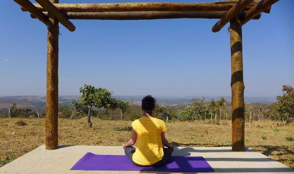 Petite session yoga face au paysages sauvages des alentours de Pirenópolis