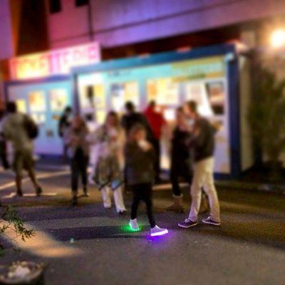 Tu peux aussi faire péter les baskets lumineuses sur le festival Musiques Métisses, on tolère tous les looks ©Le Bar à Voyages/Magali Renard